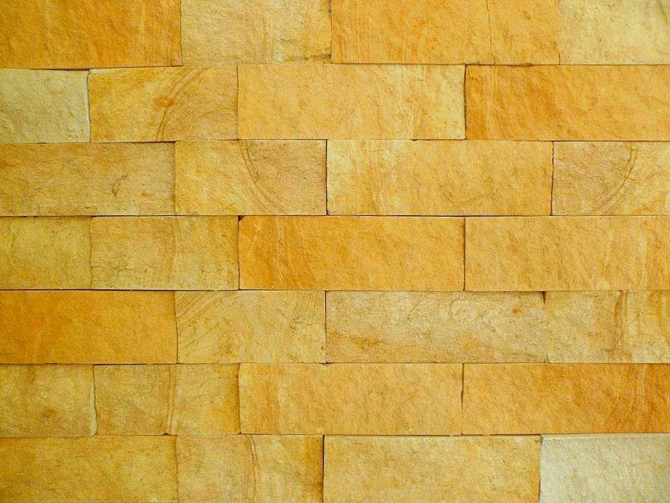 muro con paneles de piedra