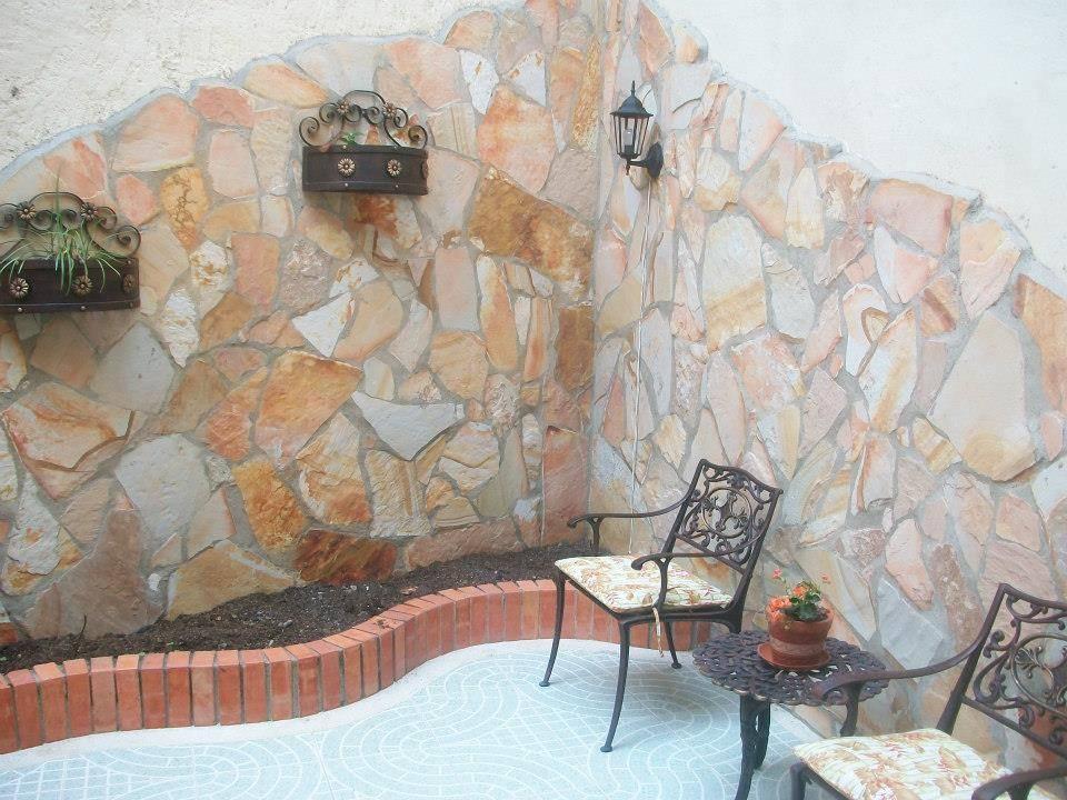 piedra laja para patio interior en muro