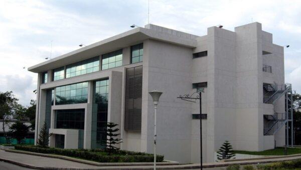 fachada con piedra natural color blanco