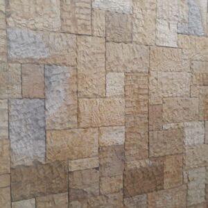 muro con piedra en sala interior