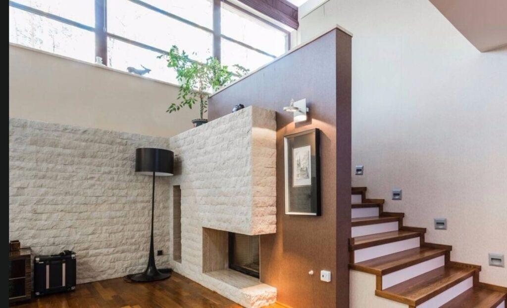 paneles en piedra rústica pared blanca