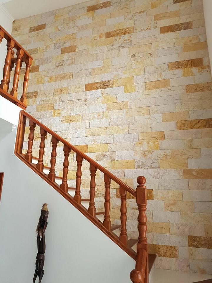 paneles en piedra rústica pared amarilla